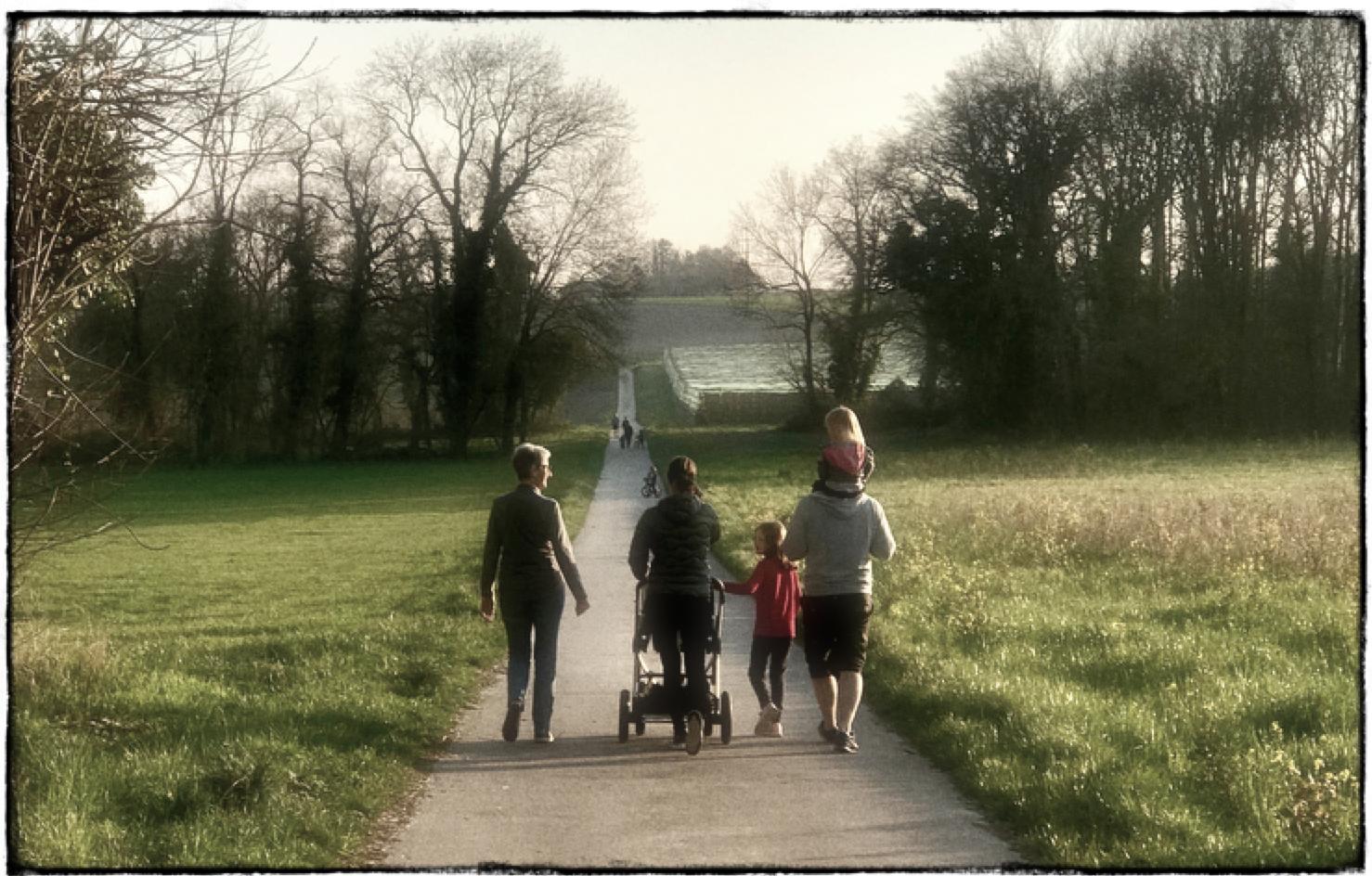 Familles en promenade. Vaud, printemps 2020. (c) Slobodan Despot