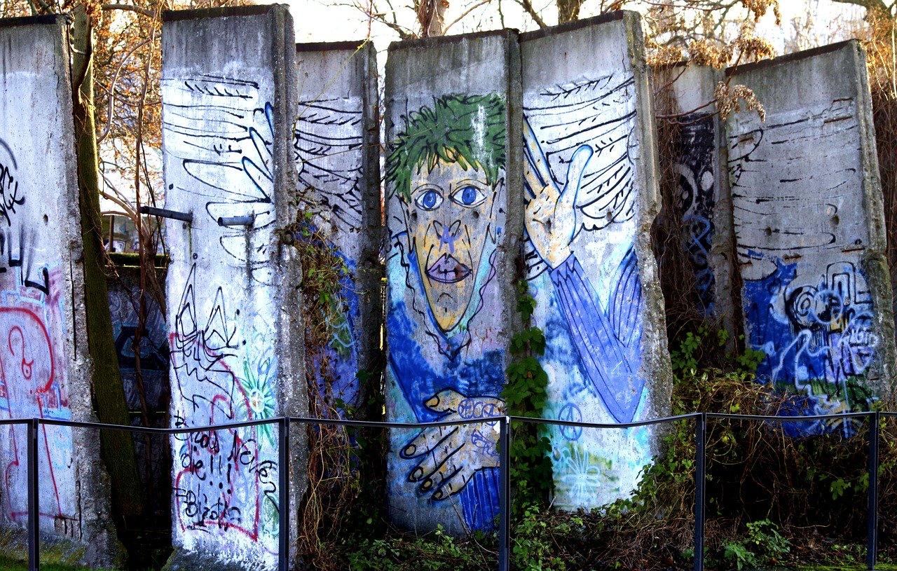Les ailes de la libération. Graffiti du Mur de Berlin. Photowal_172619 de [Pixabay][2]