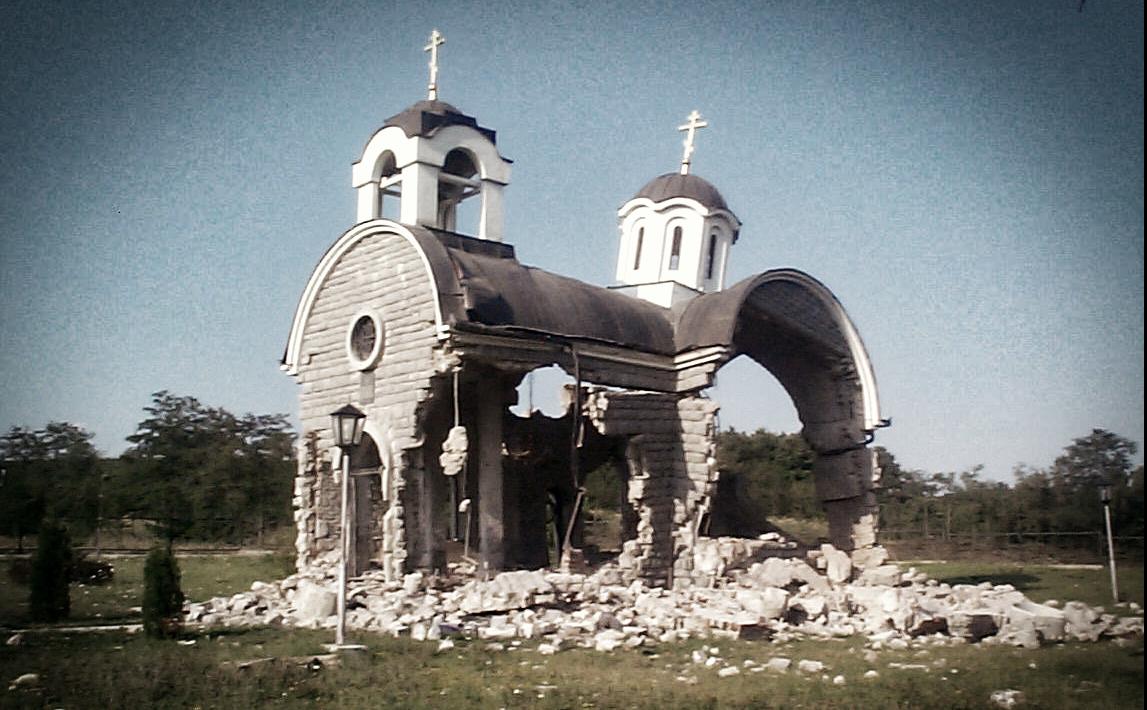L'église de la Sainte-Trinité de Petrič, dynamitée en juillet 1999 dans un Kosovo sous administration otanienne.